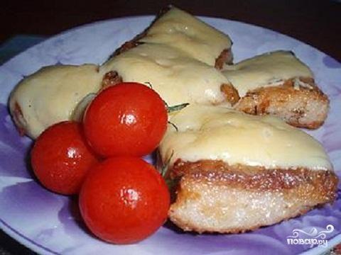 Жареная рыба с чесноком и сыром