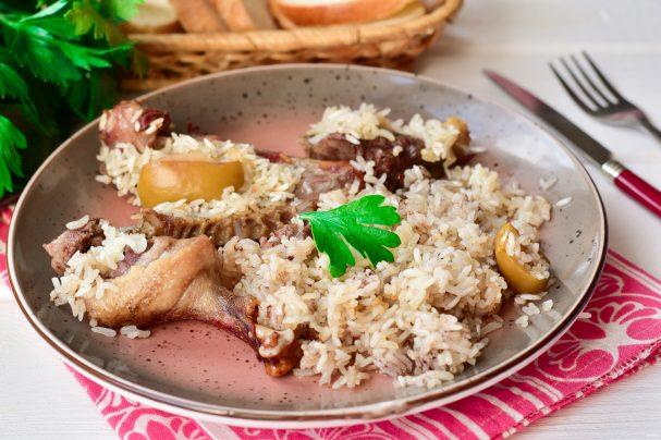 Утка с рисом и яблоками в духовке
