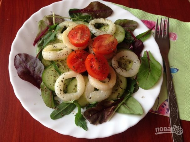 Салат с кальмаром и огурцом