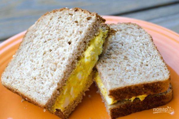 Яичный салат в сэндвиче