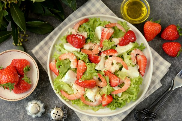 Салат с креветками и клубникой