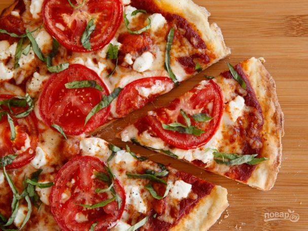 Пицца с помидорами на гриле