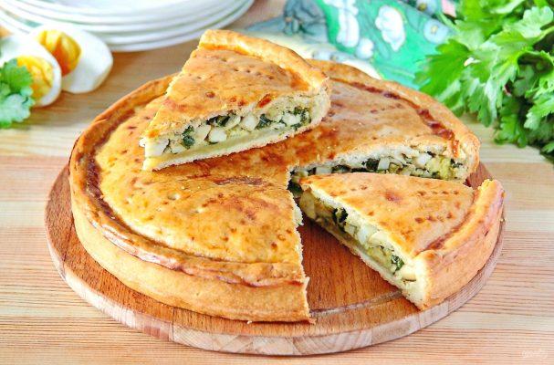 Вкусный пирог с зеленым луком и яйцами