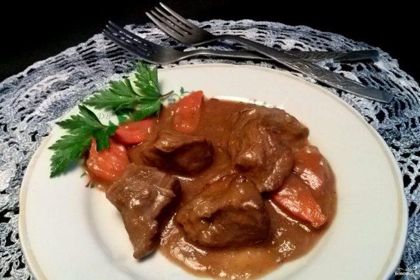 Мясо с овощами под соусом