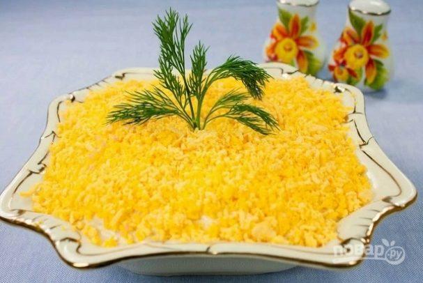 """Салат """"Мимоза"""" с крабовыми палочками и сыром"""