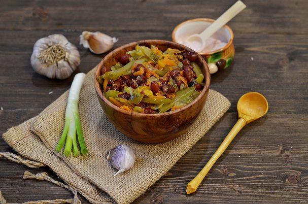 Салат из фасоли с соленым огурцом