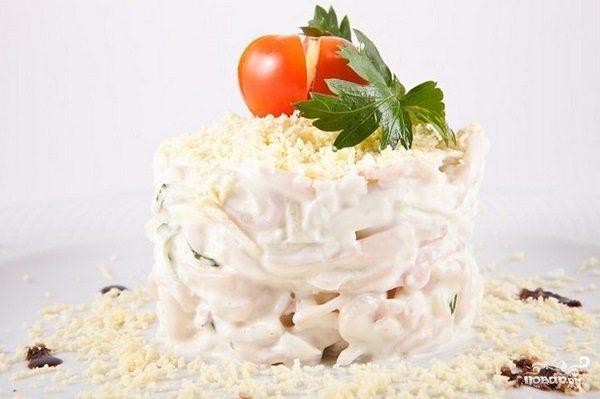 Салат из кальмаров с луком и майонезом