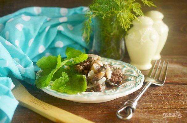 Говядина, тушенная с грибами и бренди-соусом