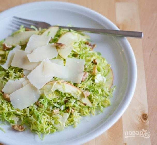 Салат с яблоками и брюссельской капустой