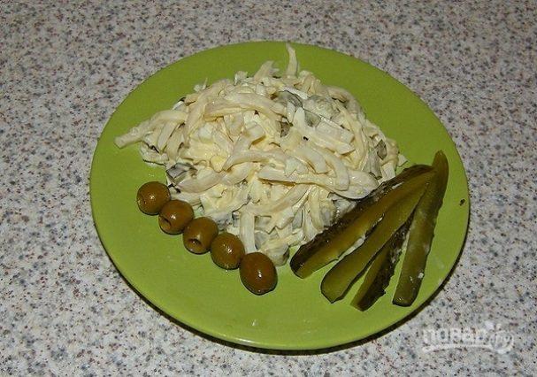 Салат из кальмаров с соленым огурцом