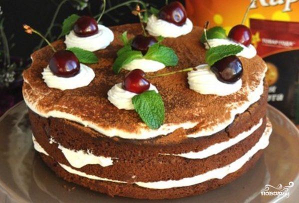 Шоколадный торт с творожным кремом и вишней