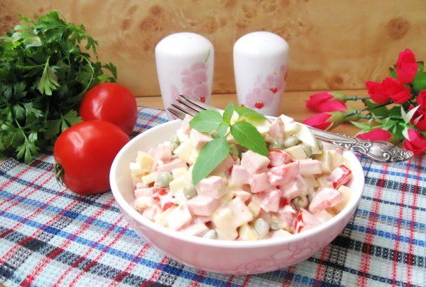 Салат с помидорами, сыром и зеленым горошком