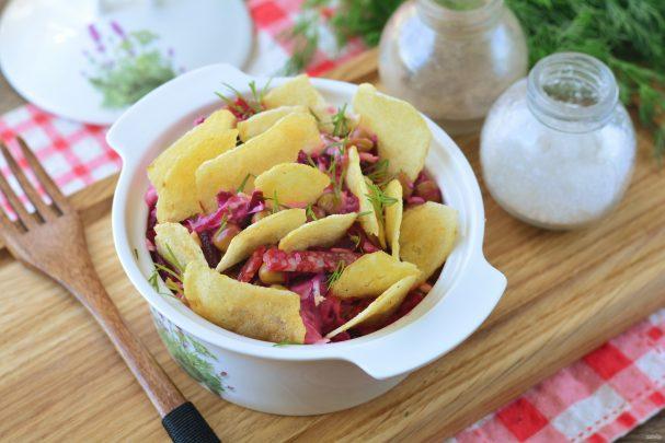 Салат с чипсами и копченой колбасой