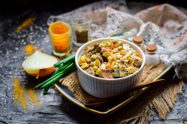Салат с куриной печенью и горошком