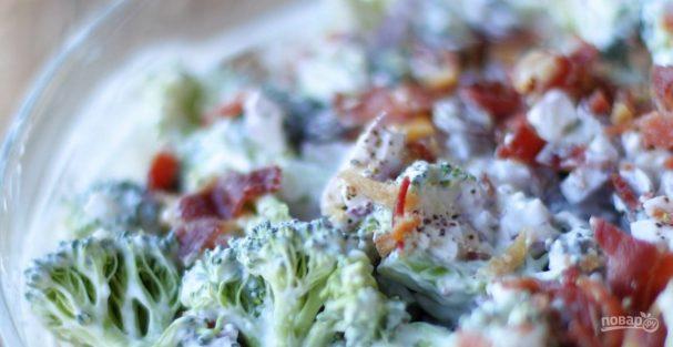 Салат из брокколи с йогуртом и беконом