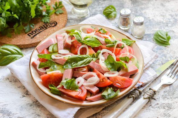 Салат с ветчиной, помидорами и базиликом