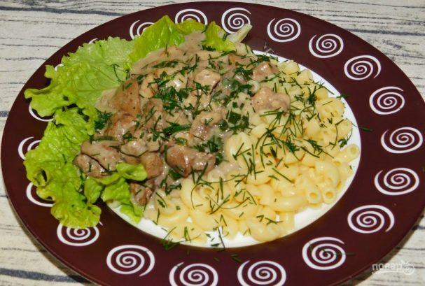 Свинина с куриной печенью, тушенная в вине с зеленым луком