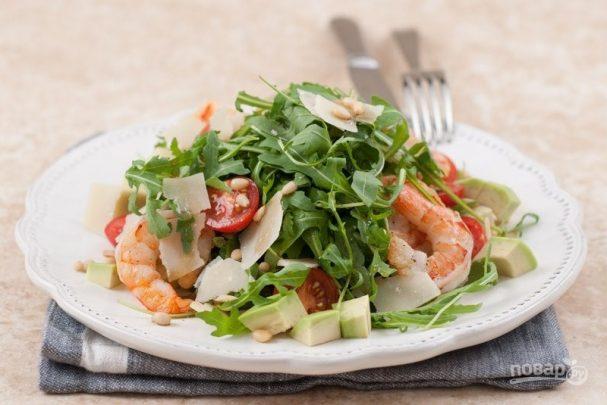 Простой салат с креветками и рукколой