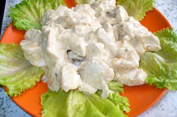 Куриное филе под сырным соусом