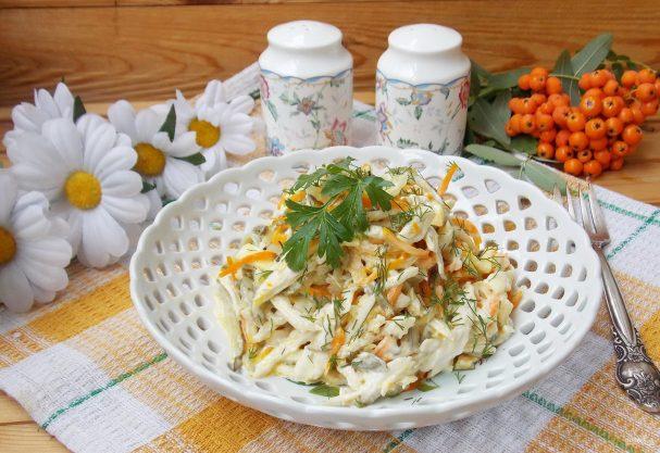 Салат с курицей и лапшой из омлета