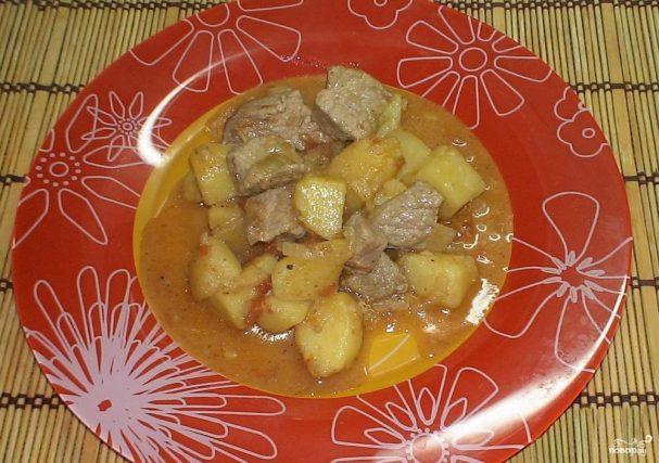 Картофель, тушенный со свининой и помидорами