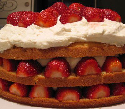 Ванильный торт со взбитыми сливками