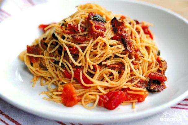 Капеллини с помидорами и беконом