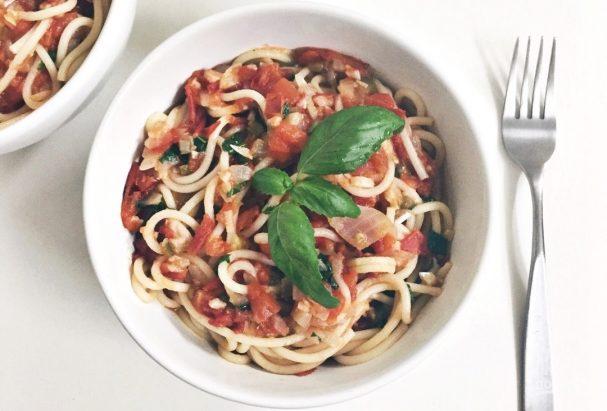 Спагетти с домашним томатным соусом