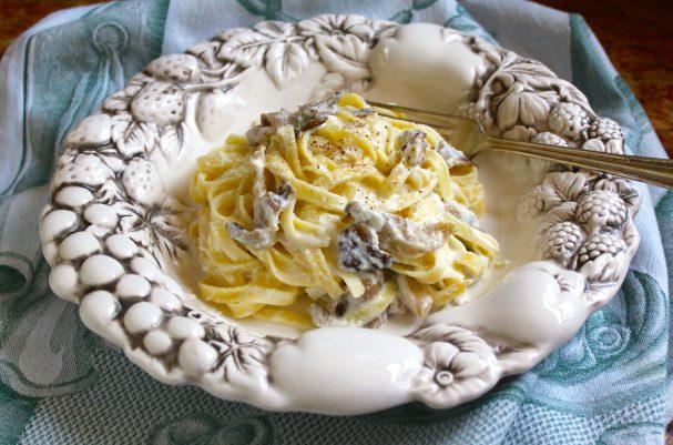 Макароны в сочном сырно-грибном соусе