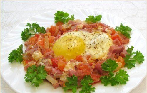 Яичница с помидорами и ветчиной