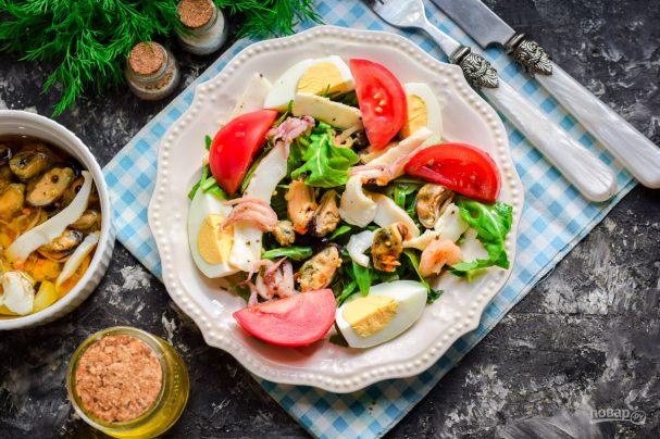 Салат с морским коктейлем и рукколой