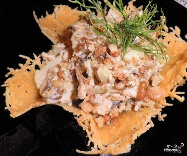 Салат в корзинке из сыра