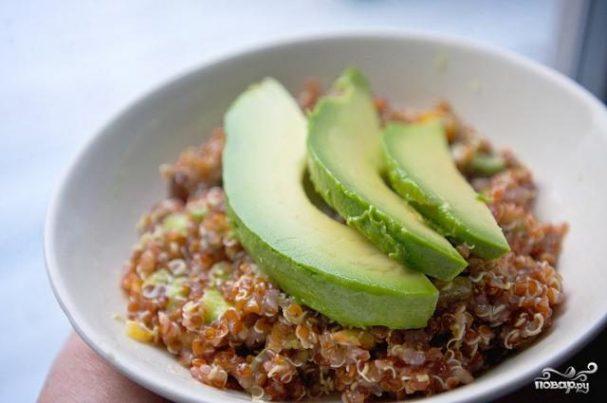Квиноа с авокадо и сухофруктами