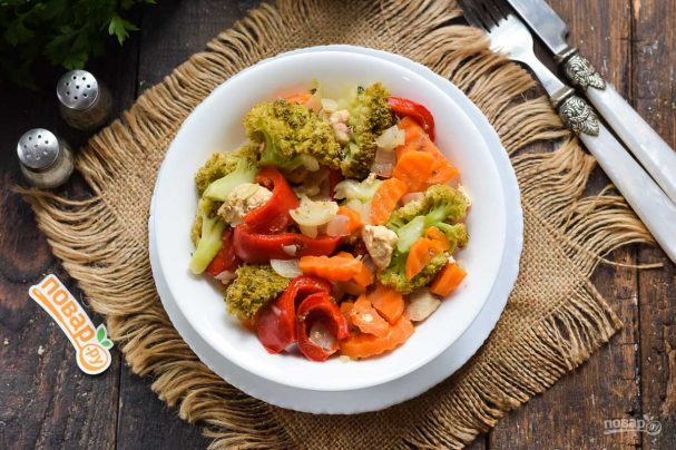 Овощное рагу с курицей и брокколи