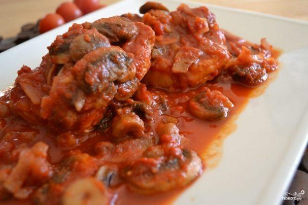 Жареная свиная корейка с грибами и помидорами