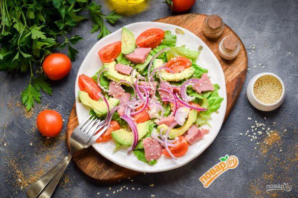 Салат с ветчиной и авокадо