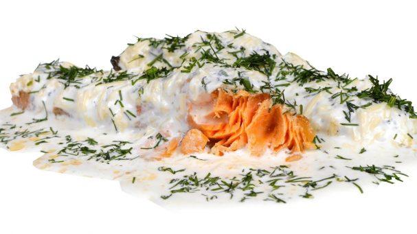 Красная рыба под сметанно-сырным соусом