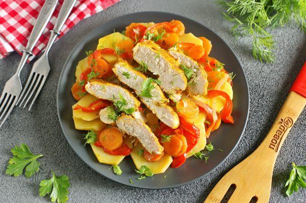 Куриная грудка на овощной подложке