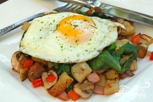 Яичница с грибами на завтрак