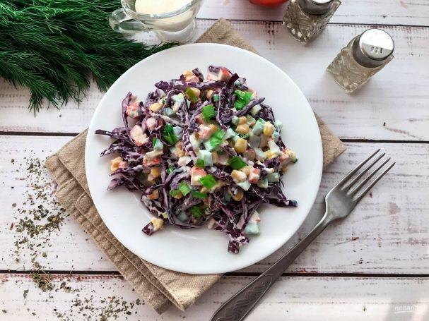 Салат из краснокочанной капусты с крабовыми палочками