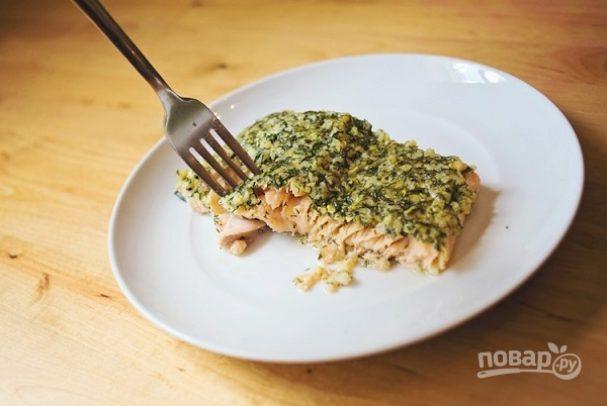 Запеченная семга с зеленью и орехами