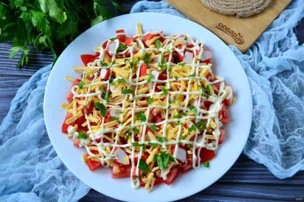 Салат с помидорами, крабовыми палочками, сыром и чесноком