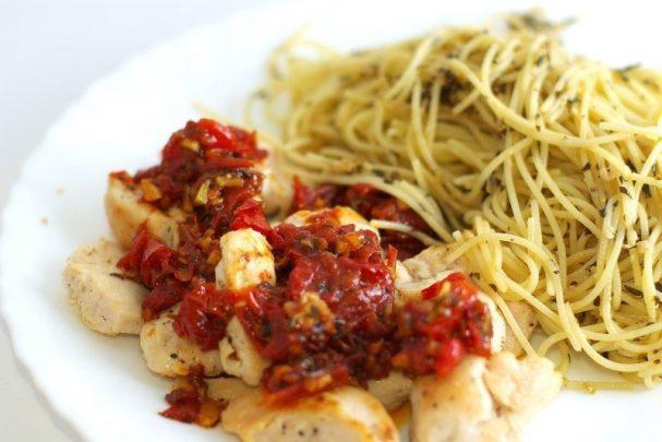 Спагетти с курицей и помидорами