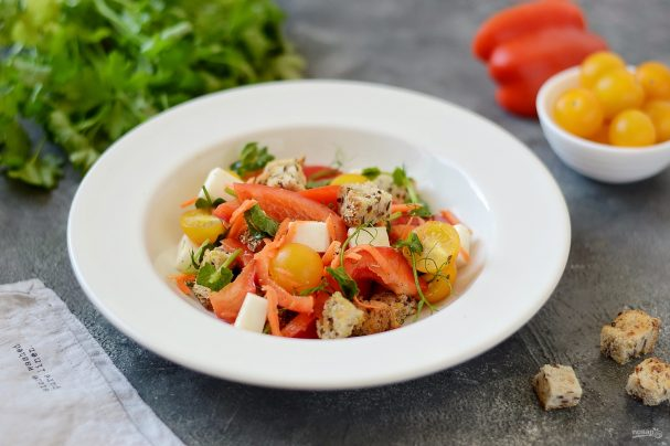 Салат с сухариками и болгарским перцем
