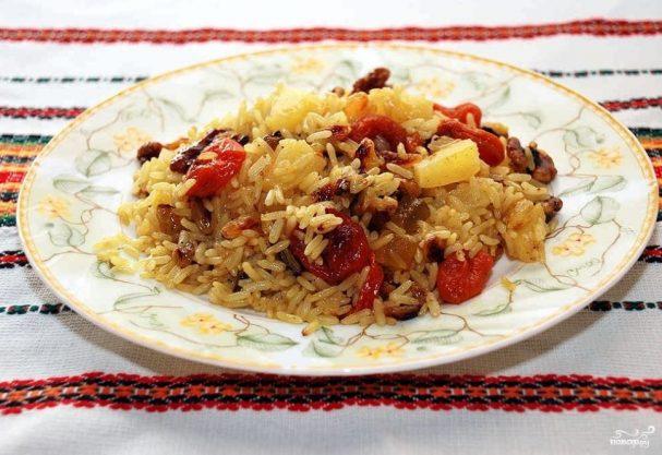 Постная рисовая каша с сухофруктами