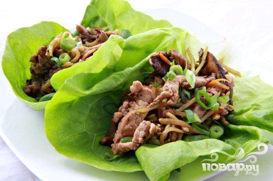 Азиатский салат со свининой и грибами