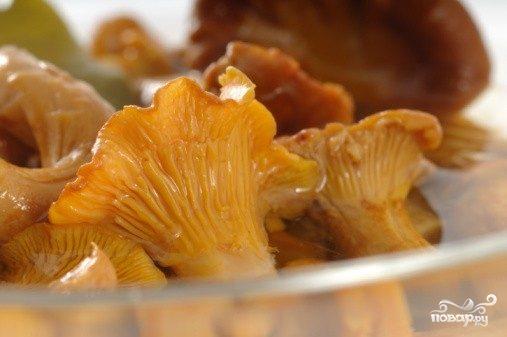 Салат с маринованными лисичками