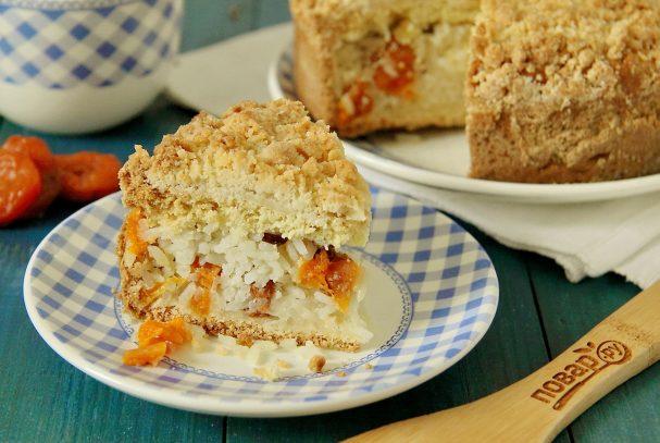 Пирог с рисом, изюмом и курагой