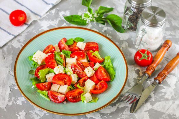 Салат с базиликом и помидорами
