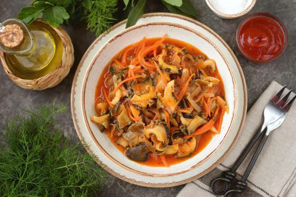 Жареные рапаны с луком и морковью в томатном соусе